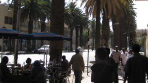 _89904810_peopleandpalmsinacafe